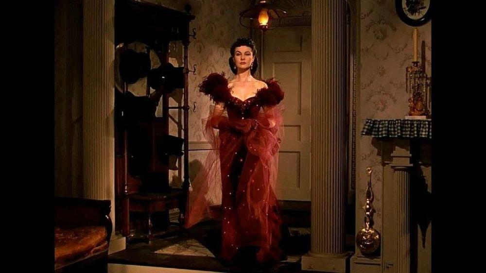 Sinema tarihinin en kült filmlerinden 'Rüzgar gibi geçti'nin Scarlet O'Hara katakteri film boyunca tercih ettiği kocaman şapkalar, romantik fırfırlı elbiseler ve kadife Victoria kıyafetleri ile en az film kadar yankı uyandırdı.