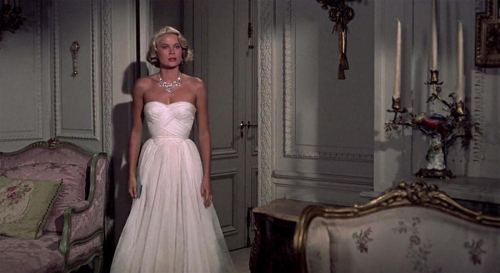 Alfred Hitchcock'un yönetmenliğini yaptı 'Hırsızı Yakalamak' filmi sadece izleyicileri yakalayıp sonuna kadar bırakmayan senaryosu ile değil, Grace Kelly'nin hayat verdiği karakterin giydiği zarif akşam elbiseleriyle de ilgi çekti. Bu rolüyle Kelly dünyanın en zarif  ve güzel oyuncularından biri olarak ünlendi.