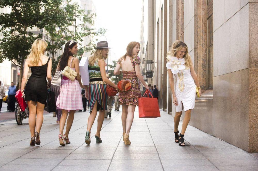 TV tarihinin en ikonik stil yıldızlarından biri olan Sarah Jessica Parker'in hayat verdiği  Carrie Bradshaw karakteri,  geniş tasarımcı ayakkabısı koleksiyonu, başarılı parça eşleştirmeleriyle doğru kombin yapma denilince akla ilk gelen isimlerden. Carrie Bradshaw hem stil hem de hayat tarzı olarak pek çok kadına ilham verdi.