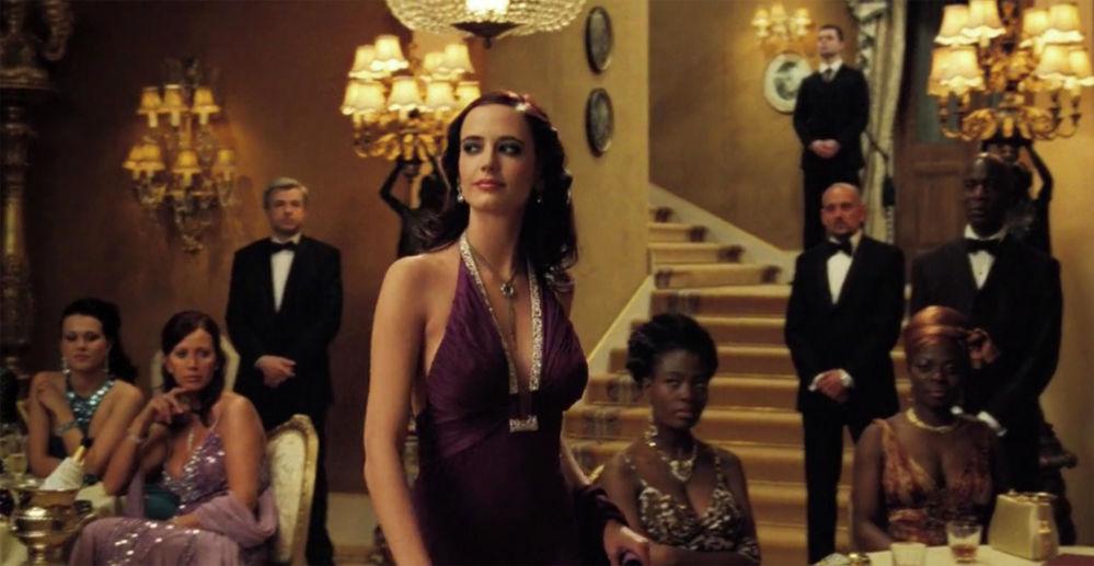 James Bond serisinden Casino Royale filminde Eva Green'in canlandırdığı Bond kızı Vesper Lynd karakteri mor işlemeli gece elbisesiyle dikkatler çekti.