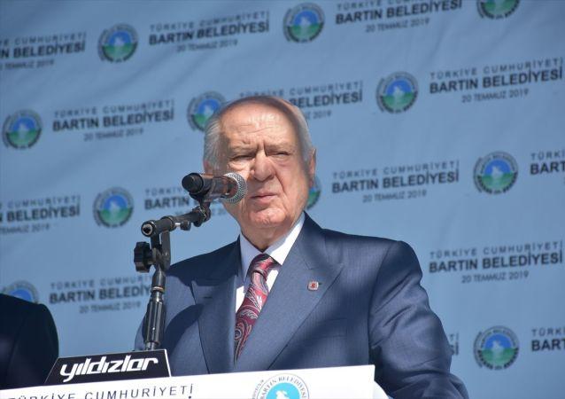 Bartın Belediyesi önünde vatandaşlara hitap eden Bahçeli, 31 Mart'taki yerel seçimlerde partisineoy vererek belediye başkan adaylarını destekleyenlere teşekkür etti.