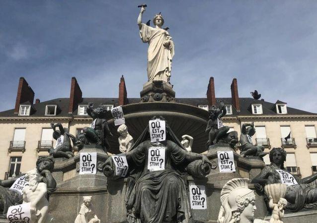 Fransa'nın Nantes kentinde sanatçı Stephane Vigny'nin heykellerine 'Steve nerede' yazılı afişler asıldı.