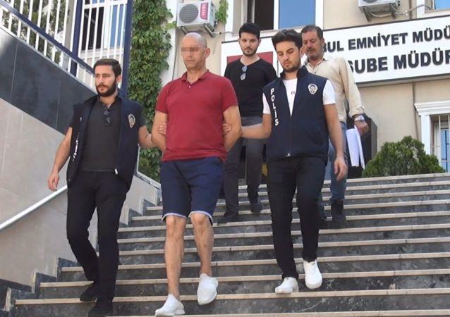 Zeytinburnu'nda bir mağazada pantolon deneyen müşterinin içinde 200 bin dolar bulunan çantasını çalarak kaçan Cezayir uyruklu Sıdı M.