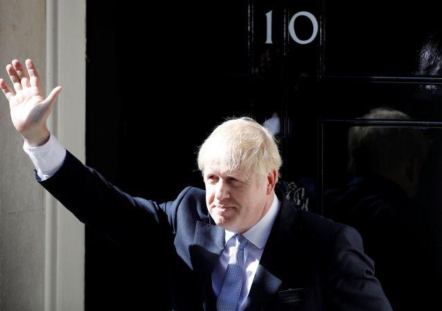Boris Johnson, Downing Sokağı 10 Numara'daki başbakanlık konutuna ikamet etmek üzere girerken