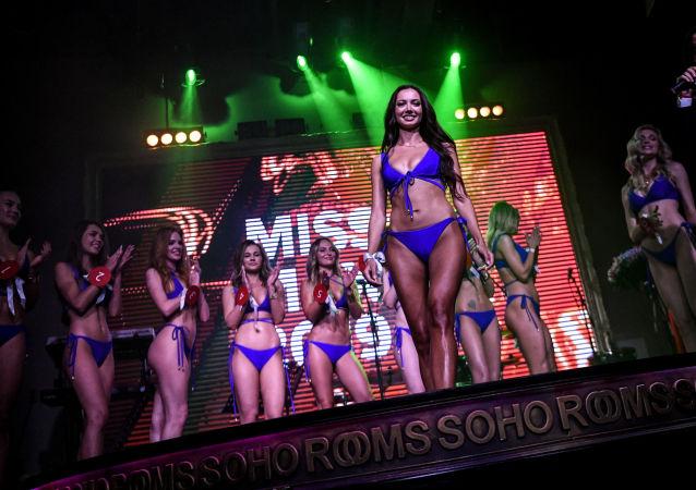 Miss MAXIM 2019 yarışmasına katılan kızlar sahnede.