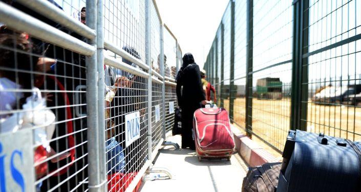 Kurban Bayramı'nı ülkelerinde geçirmek isteyen Suriyelilerin, Öncüpınar Sınır Kapısı'ndan çıkışları devam ediyor. İşlemleri tamamlayan Suriyeliler, yapılan son kontrollerin ardından otobüslerle ülkelerine gönderildi.