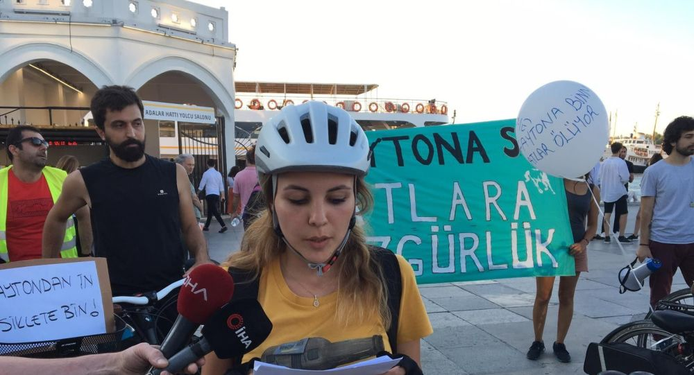 - Kadıköy Adalar İskelesinde atlar için bisikletli eylem
