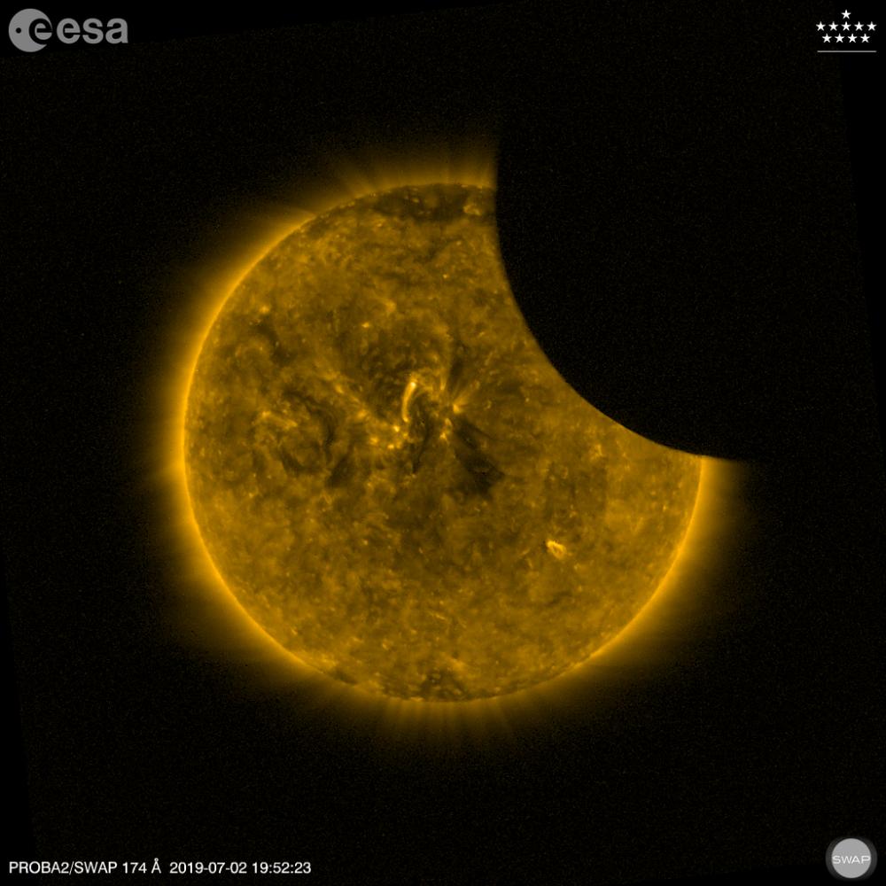 2 Temmuz'da çekilen bu karede Ay'ın  Güneş'in yakınından geçtiği an görüntülendi.