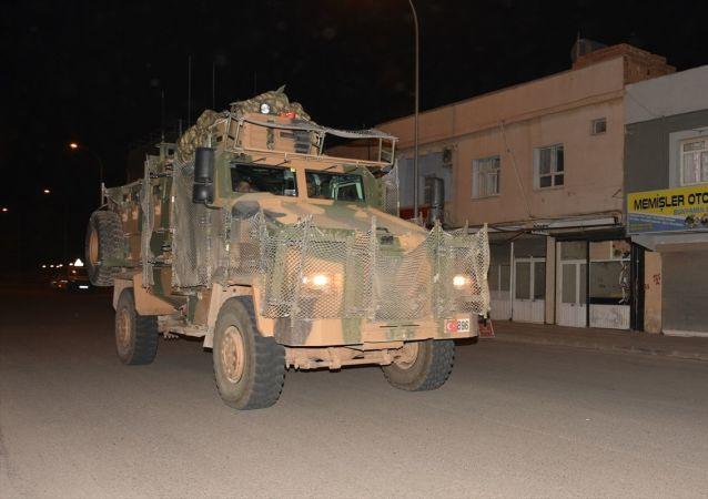 TSK tarafından Suriye sınırındaki askeri birliklere zırhlı personel taşıyıcısı ve komando takviyesi yapıldı.