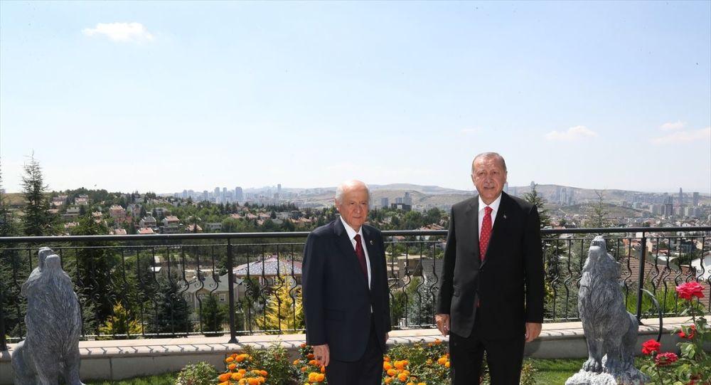 Cumhurbaşkanı Recep Tayyip Erdoğan, MHP Genel Başkanı Devlet Bahçeli'yi evinde ziyaret etti.