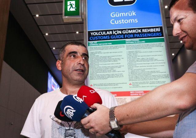Batı Afrika ülkelerinden Nijerya'da silahlı kişilerce kaçırılmalarının ardından operasyonla kurtarılan 4 Türk vatandaşından Ergun Yurdakul, Abuja'dan İstanbul Havalimanı'na geldi.