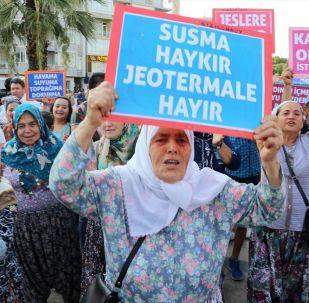 Aydın'da kurulması planlanan jeotermal santraller için yapılacak ihalelerin iptal edilmesini isteyen bir grup tarafından protesto gösterisi düzenlendi.