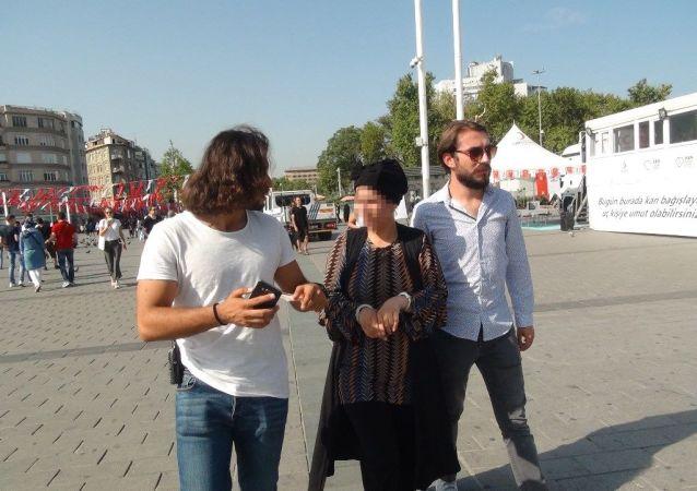 Taksim Meydanı'nda turistlerin çantalarından para çalan Suriyeli kadın hırsız yakalandı
