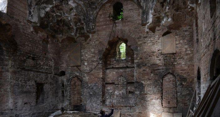 Fatih Sultan Mehmet döneminde inşa edilen, Sultanahmet'teki 550 yıllık tarihi İshak Paşa Hamamı harabeye dönmüş bir şekilde sahibinden 3.5 milyon dolara satışa çıkarıldı. Kimi vatandaşlar restorasyonu yapılıp yeniden kullanılacaksa satılmasından yana olurken kimileri de tarihi eserin satılmasına tepki gösterdi.
