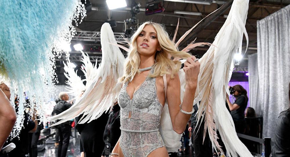 Victoria's Secret-2018 defilesine katılan model Devon Windsor podyuma çıkmaya hazırlanıyor.