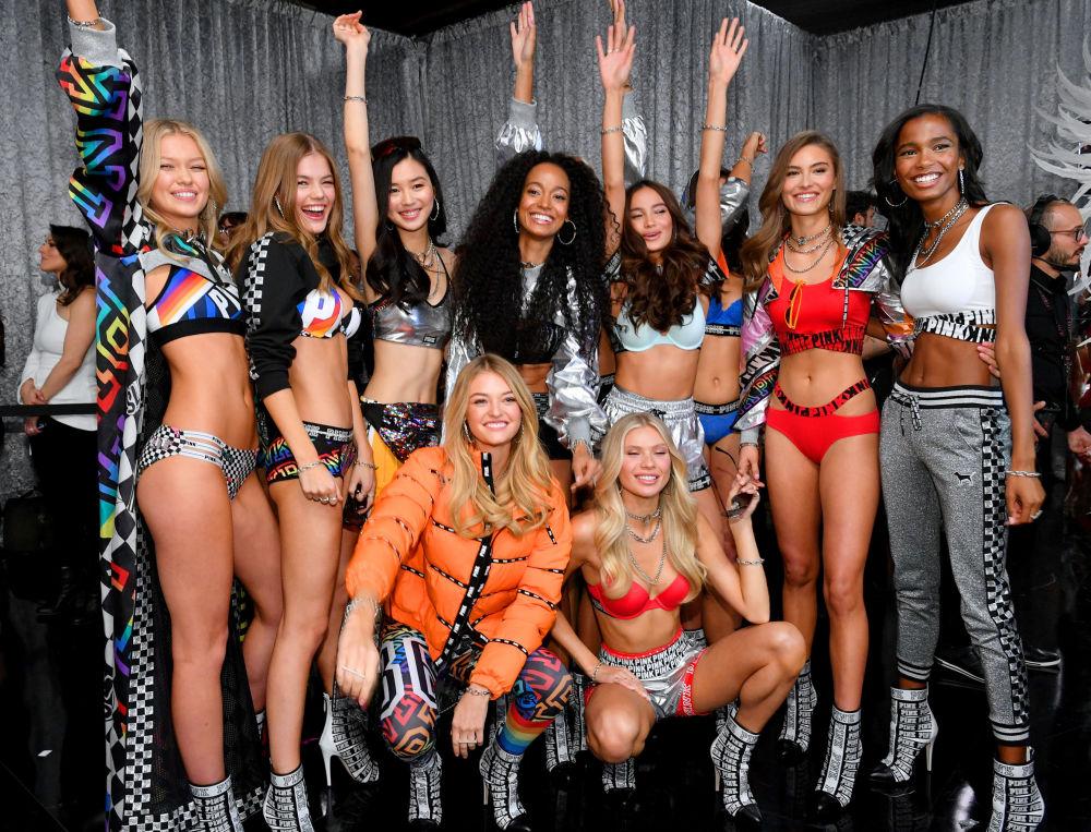 Victoria's Secret-2018  defilesine katılan modeller gösteri sonrası poz veriyor.