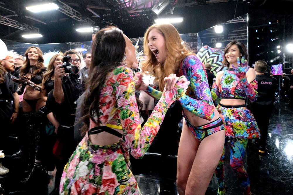 Victoria's Secret-2018 defilesinin sahne arkasından bir kare.