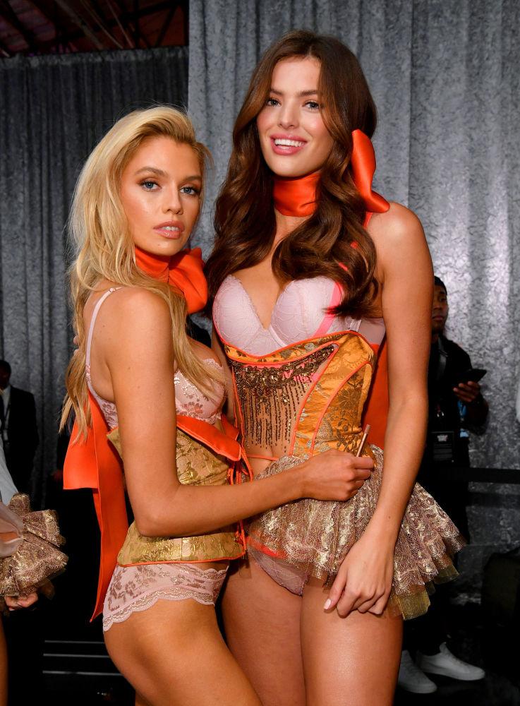Victoria's Secret-2018 defilesine katılan Stella Maxwell and Sofie Rovenstine.