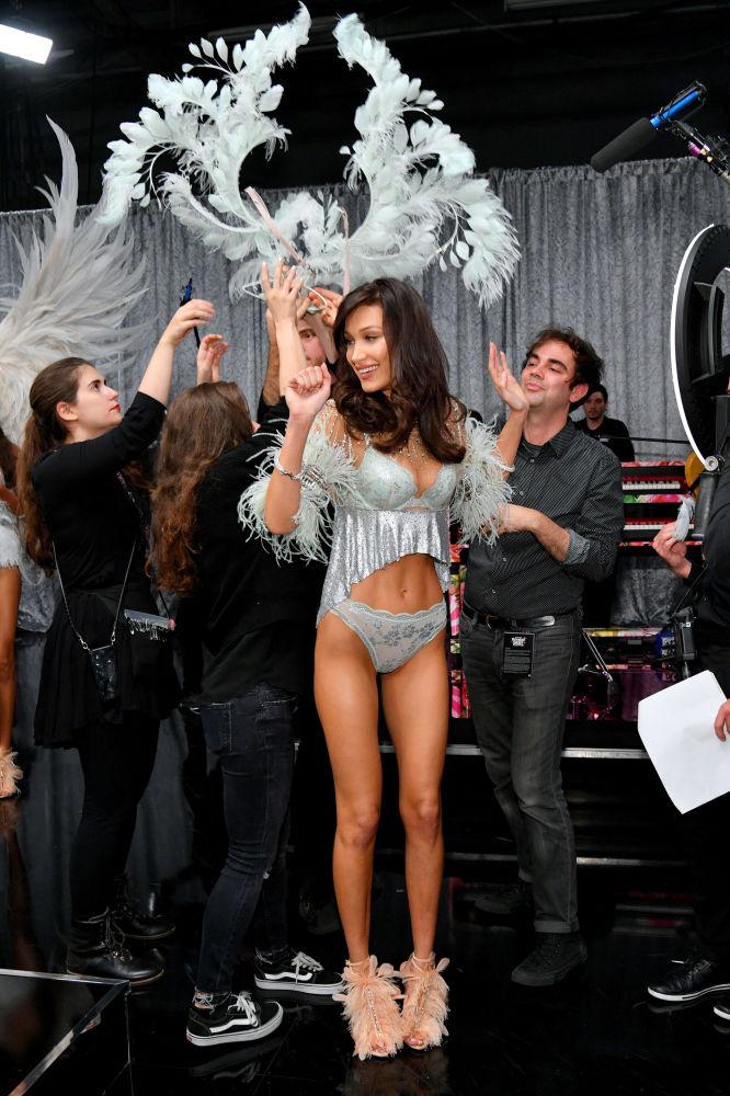 Victoria's Secret-2018 defilesine katılan model Bella Hadid, gösteri başlamadan önce.