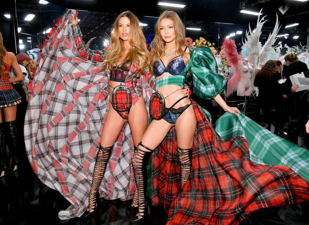 Victoria's Secret 'melekleri' Behati Prinsloo (solda)  ve Gigi Hadid (sağda), Victoria's Secret-2018 defilesi sonrası poz veriyor.