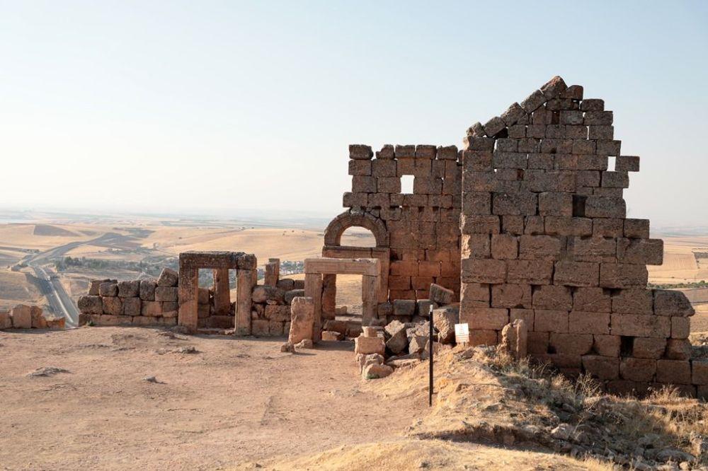 Belli bir yıldız ve gezegenin hareketine göre yapılmış olduğu düşünülen Mitras Tapınağı ile ilgili yeni bir tartışma başladı. Tapınakta, henüz nedeni bilinmeyen manyetik bir gücün olduğu iddia ediliyor. Öyle ki İngiltere'den gelen ve dünyadaki bütün Mithras tapınaklarında enerji ölçümü yapan bir grubun arkeoloji ekibinden habersiz tapınakta ölçüm yaptığı belirtiliyor.