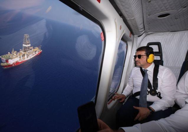 Bölgedeki sondaj çalışmalarını yerinde incelemek üzere Kuzey Kıbrıs'a gelen Bakan Dönmez