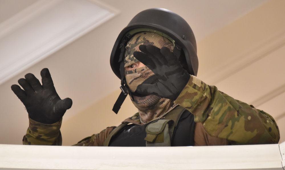 Atambayev yanlıları, operasyona katılan birkaç özel kuvvetler mensubunu rehin aldı. Daha sonra ise rehinelerin serbest bırakıldıkları duyuruldu.