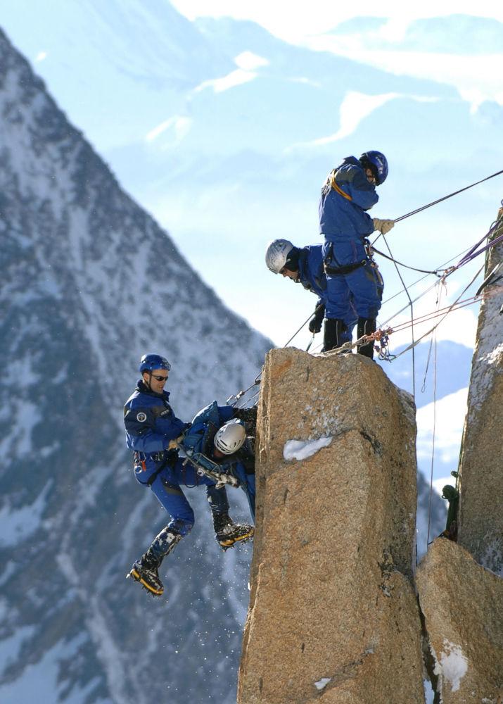 Fransız Alpleri'nin Aiguille du Midi zirvesinde eğitim amaçlı tatbikat yapan kurtarma ekibinden dağcılar.