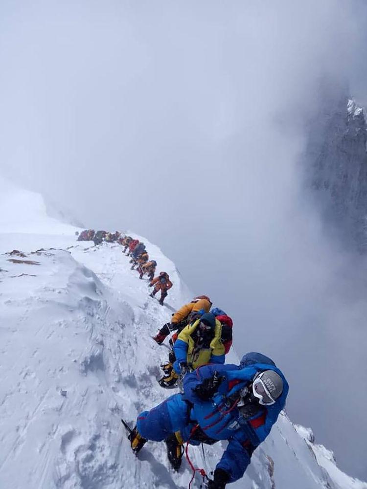Dağcılar, Everest zirvesine tırmanış yaparken...