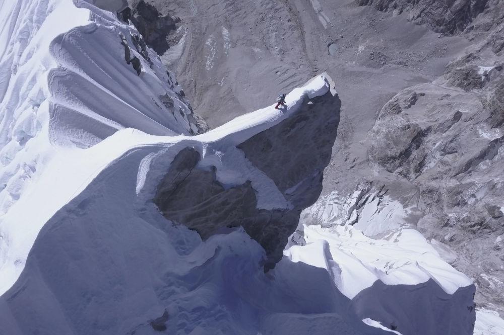 Nepal'ın en yüksek dağlarından biri olan Lunag Ri'nin kuşbakışı görüntüsü.