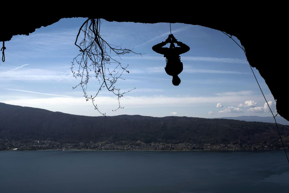 Fransız  dağcı Christophe Dumarest, Annecy Gölü'nün çevresinde antrenman yaparken...