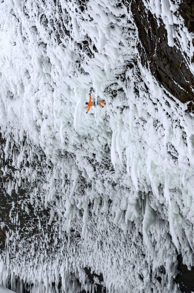 İsviçreli dağcı Dani Arnold, Kanada'da yer alan  buz tutmuş Helmcken Şelalesi'ne  tırmanış yaparken.