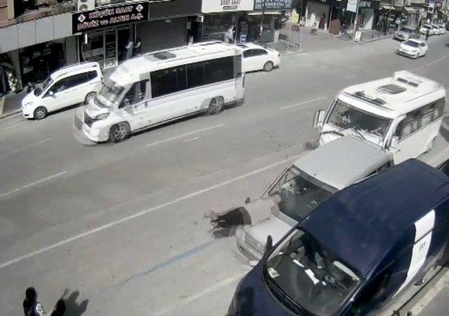 Adana'da hız ihlali yapan ve direksiyon hakimiyeti kaybedilen dolmuş, duran arabaya arkadan çarptı. Duran aracın da önünde bekleyen adama çarpması kameraya yansıdı.