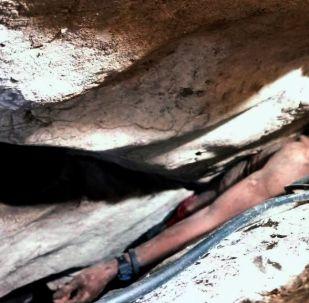 Kamboçya'da yarasa dışkısı toplamak için girdiği mağarada, iki kaya arasındaki dar geçitte sıkışan adam, 4 gün sonra kurtarıldı.