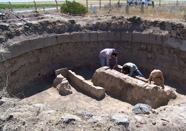Erzurum'un Pasinler ilçesinde, defineciler tarafından tahrip edilen tarihi kümbette yapılan kazıda, üzerinde Sultan Alaaddin yazısı olan sanduka bulundu.
