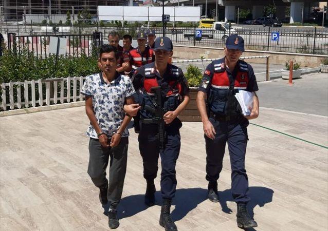 Antalya'da, sahte parayla kurbanlık aldıkları iddiasıyla yakalanan 3 kişiden 2'si tutuklandı.
