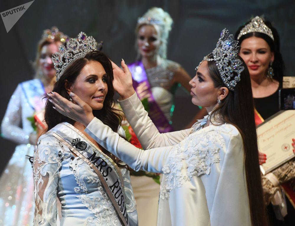 Kemerovo kentinden Ksenia Krivko (solda) Mrs. Russia Globe kategorisinde birincilik kazanmakla bu yıl Çin'de düzenlenecek uluslararası yarışmada Rusya'yı temsil etme hakkını elde etmiş oldu.