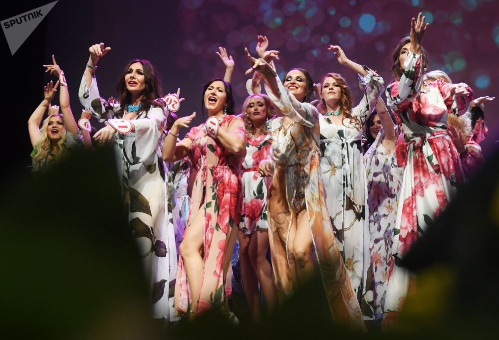 Başkent Moskova'da düzenlenen Mrs. Russia 2019 finalinin katılımcıları sahnede.