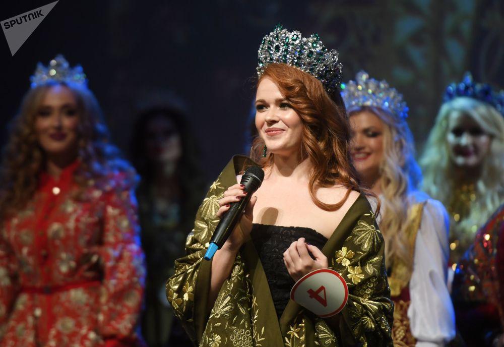 Rusya'nın başkenti Moskova'da düzenlenen evli kadınların yarıştığı Mrs. Russia 2019 güzellik yarışmasının final katılımcılarından biri.