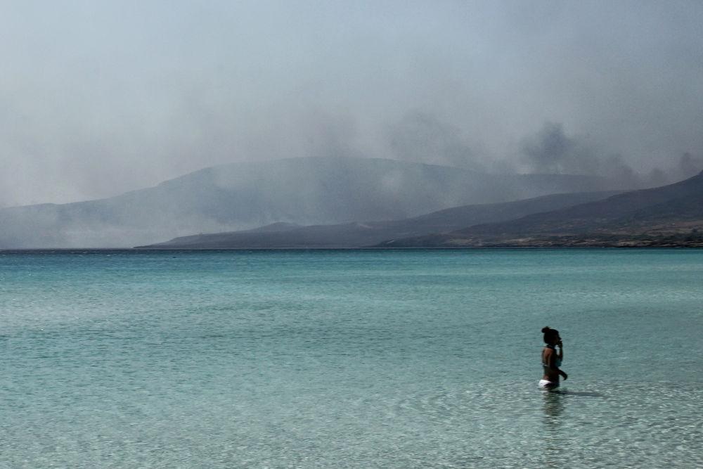 Son iki günde ülkenin birçok orman ve çalılık alanlarında çok sayıda yangın çıktığı, turistik yerlerden birisi olan Thasos Adası ve Thiva bölgesindeki yangınları kontrol altına alma çalışmalarının sürdüğü bildirildi.