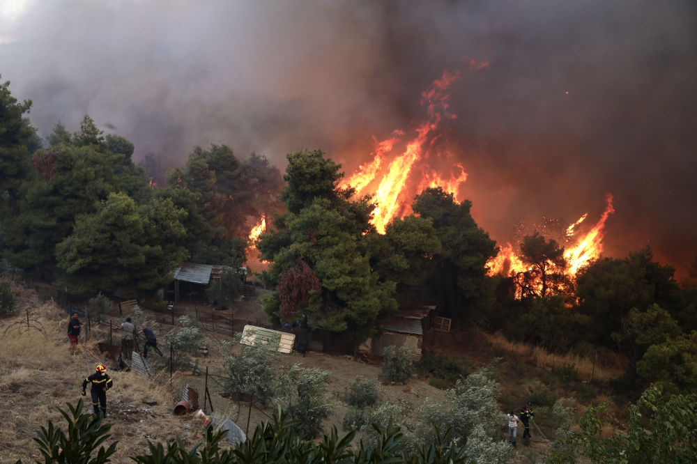 Yangını söndürme çalışmalarına yüzlerce  itfaiye aracı, yangın söndürme uçağı, helikopter ve itfaiyecinin katıldığı belirtildi.