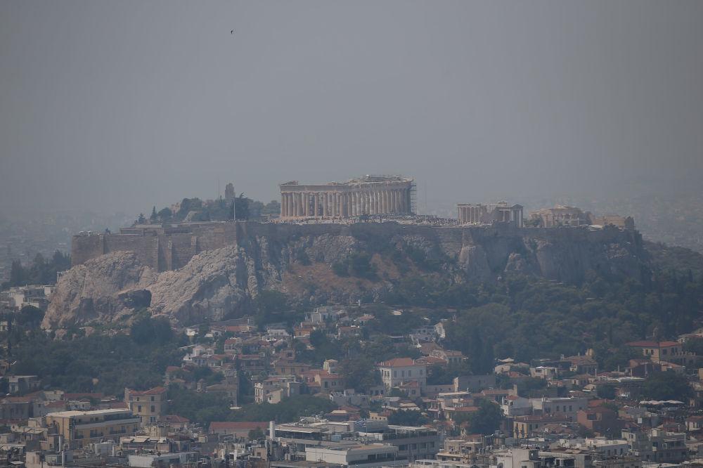 Siyah dumanların, başkent Atina semalarına kadar ulaştığı ifade edildi.