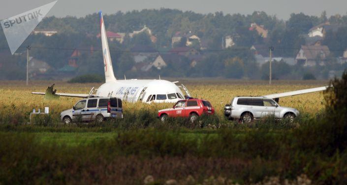 Rus devlet televizyonu da yolcu uçağının kimse hayatını kaybetmeden iniş yapmış olmasını 'Ramensk'te mucize' şeklinde duyurdu.  Komsomolskaya Pravda gazetesi ise haberlerinde, pilot Damir Yusupov'un uçağı 'iniş takımları olmadan, çalışmayı bırakmaya yakın bir motor ile mısır tarlasına ustaca indirmiş olmasının bir kahramanlık olduğunu' yazdı.