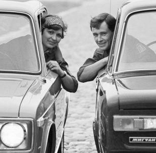 Bir kadınla bir erkek Zhiguli otomobillerinde, 1971