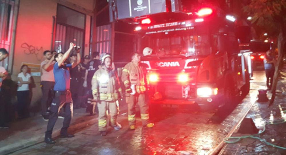 4 katlı binanın giriş katındaki daire alev alev yandı