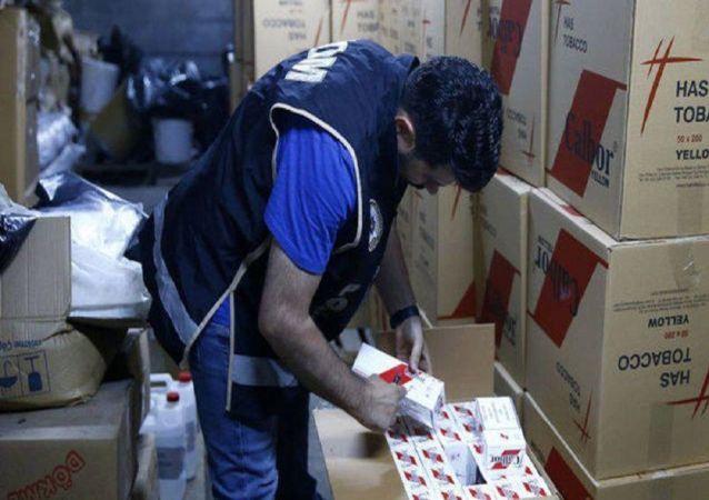 Balıkesir'in Sındırgı ilçesinde polis ekiplerince düzenlenen operasyonda 100 bin adet bandrolsüz gümrük kaçağı makaron ele geçirildi.