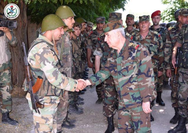 Suriye Savunma Bakanı General Ali Abdullah Eyüp İdlib vilayetinde Nusra'dan kurtarılan stratejik Hubeyt'te üslenen askerleri ziyaret ederken
