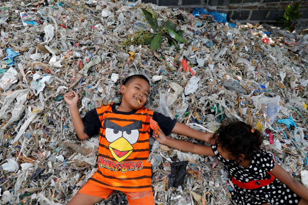 Bangun köyünde atıkların arasında yatan çocuklar