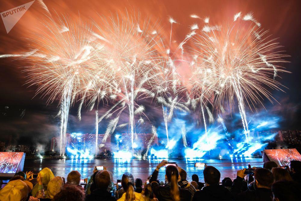 Moskova'daki Uluslararası havai fişek festivalinin programı  çeşitli müzik ve spor etkinlikleriyle doluydu.