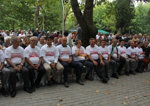 Tank Palet Fabrikası'nın özel sektöre devredileceği iddiaları üzerine Sakarya'da toplanan, aralarında CHP Grup Başkanvekili Engin Özkoç, bazı genel başkan yardımcıları, sendika başkanları ve partililerin de bulunduğu grup, tepki amacıyla 18.00'de 12 saatlik oturma eylemi başlattı.